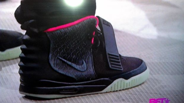 nike-air-yeezy-2-black-solar-red (1)