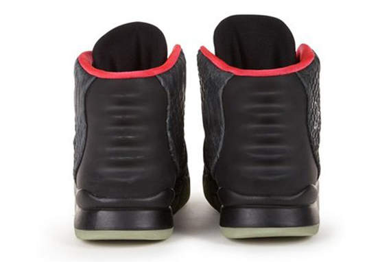 nike-air-yeezy-2-autographed-kanye-west-worn-charity-pair-03