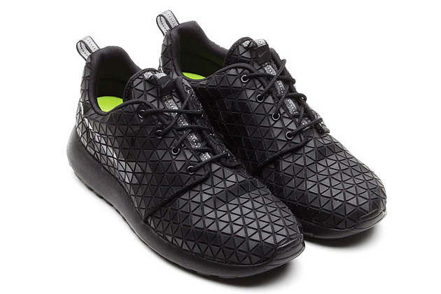 nike-wmns-roshe-run-metric-black-01