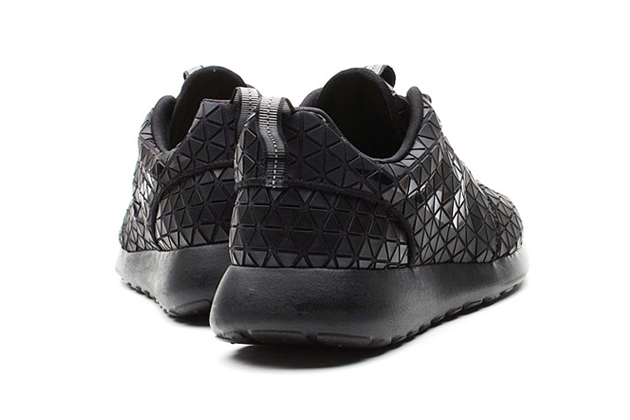 nike-wmns-roshe-run-metric-black-03