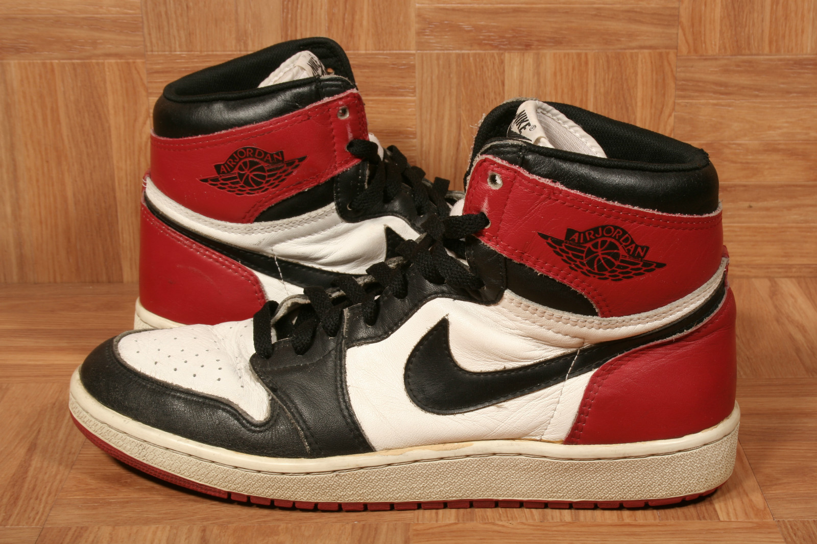 air-jordan-1-high-black-toe