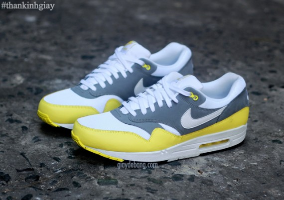 nike-air-max-1-essential-cool-grey-yellow-3-570x402