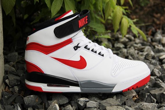 nike-air-revolution-white-red_03