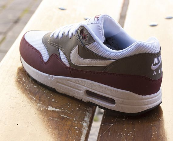 nike-air max 1-essential-team read-petra brown_02