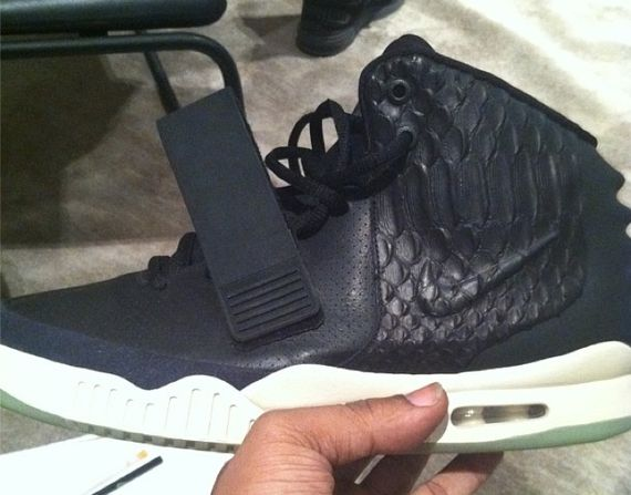 nike-air-yeezy-2-my-beautiful-dark-twisted-fantasy_03