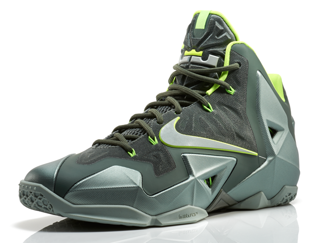 LeBron11_Neutral_300_3qtr_13761
