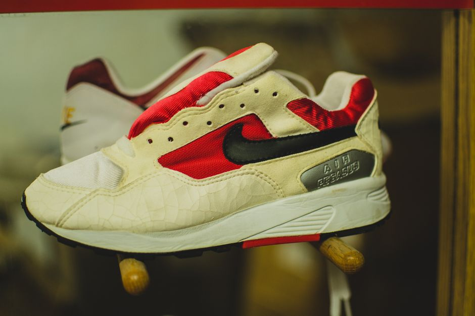 modern-notoriety-vintage-shoes-sneakers-digging-secret-undisclosed-rare-old-nike-air-adidas-reebok-fila-display_186