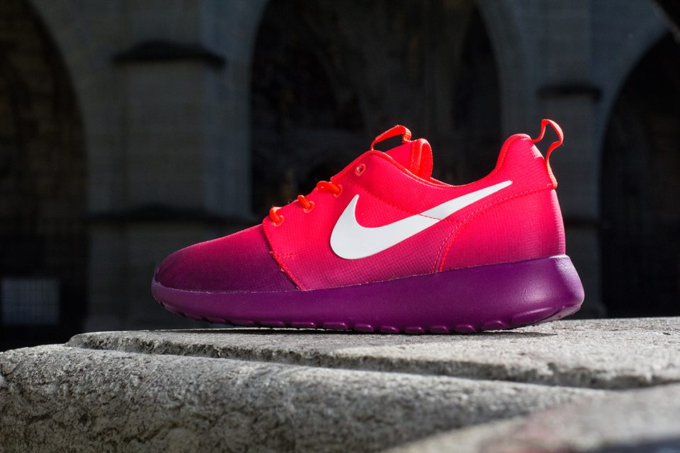 nike-wmns-roshe-run-print-crimson-grape