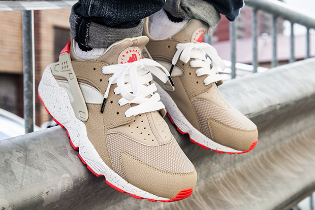 NIKE-AIR-HUARACHE-LIGHT-BEIGE-LASER-CRIMSON-2