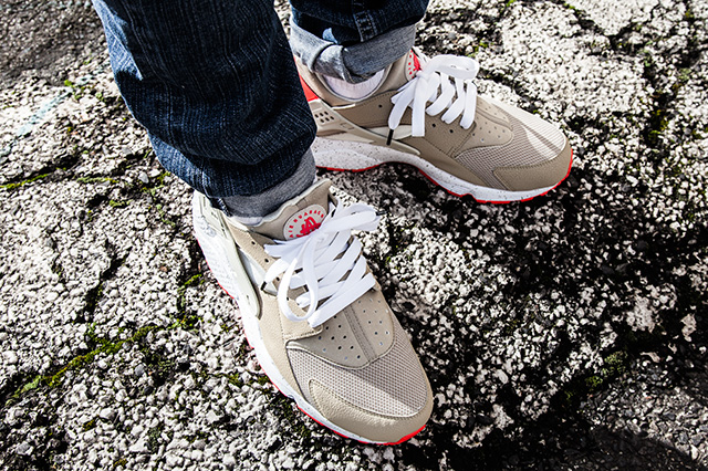 NIKE-AIR-HUARACHE-LIGHT-BEIGE-LASER-CRIMSON-4