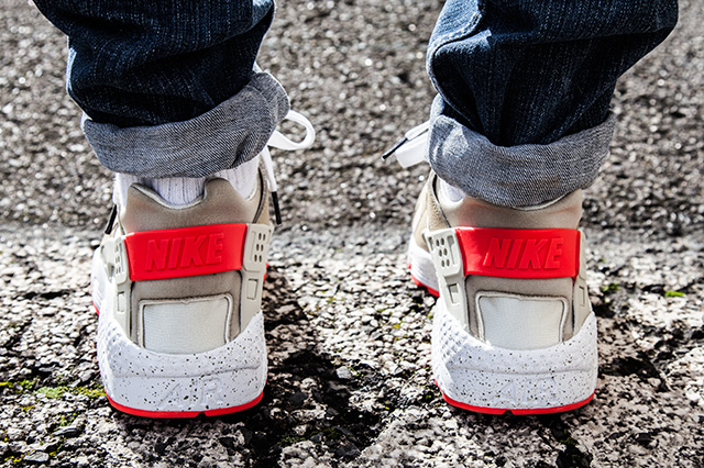 NIKE-AIR-HUARACHE-LIGHT-BEIGE-LASER-CRIMSON-6
