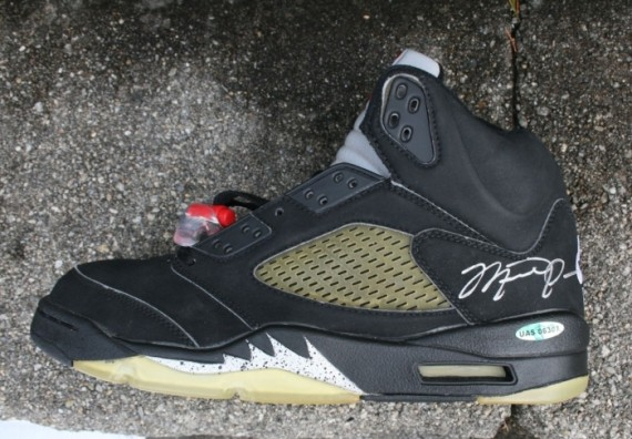 air-jordan-5-black-metallic-signed-04-570x396