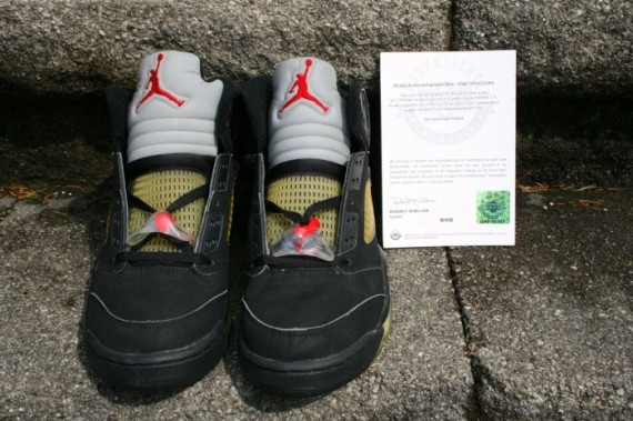 air-jordan-5-black-metallic-signed-08-570x379