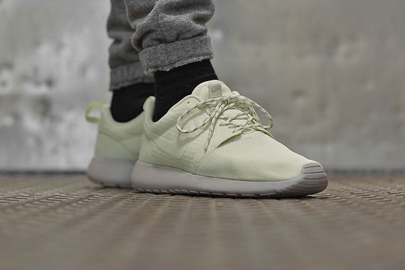nike-roshe-run-hyperfuse-sail-orewood-brown-volt-01_result