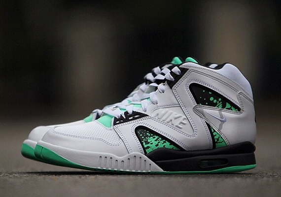 air-tech-challenge-hybrid-white-grey-green-glow