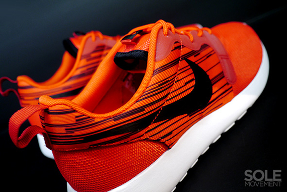 nike-roshe run-hyperfuse-atomic red-black_04