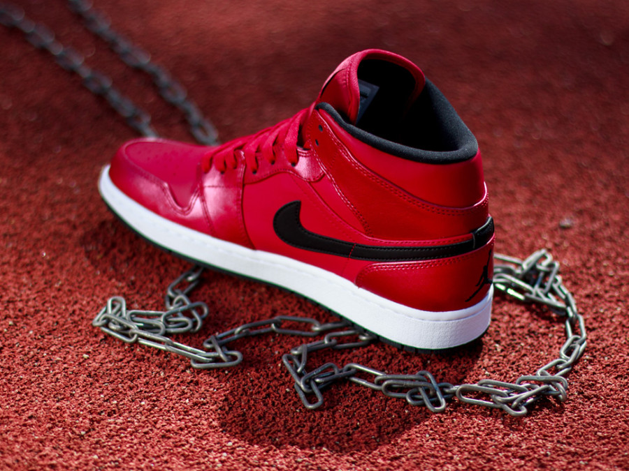 air-jordan-1-mid-gym-red-black-white-03-900x675