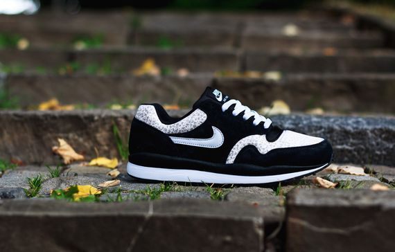 nike-air safari-black-white-grey