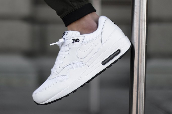 nike-air-max-1-essential-white-black-681x454