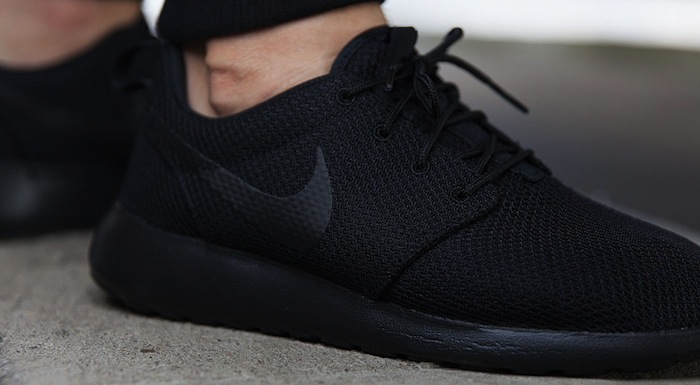 nike-roshe-one-triple-black-1