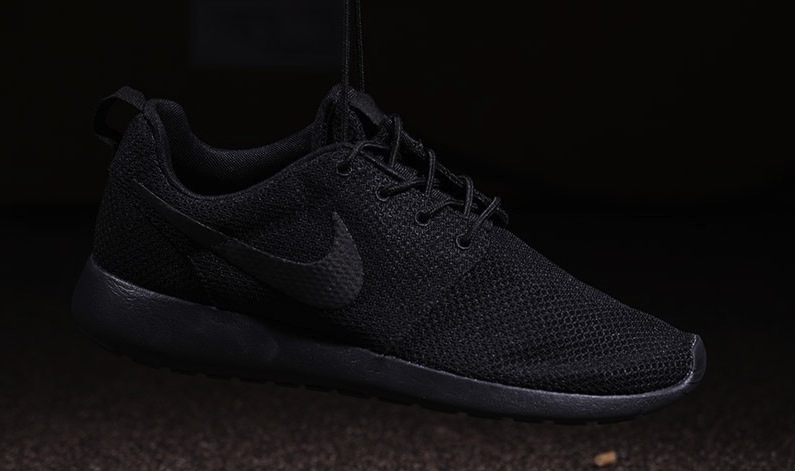 nike-roshe-one-triple-black-3
