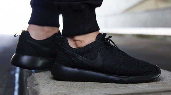 nike-roshe-one-triple-black-681x381