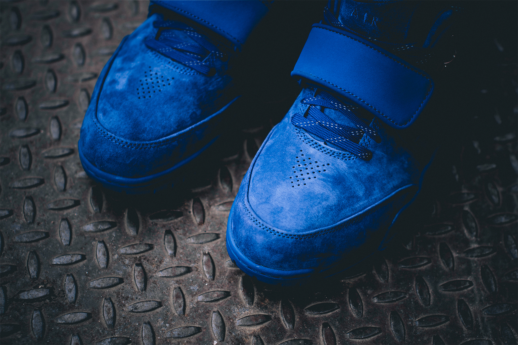 rush-blue-nike-air-trainer-cruz-on-feet-3