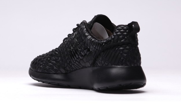 Nike-Roshe-One-DMB-Triple-Black-3