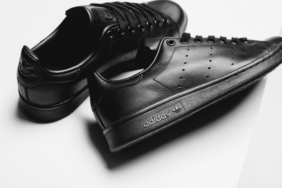 adidas-originals-stan-smith-all-black-2-960x640