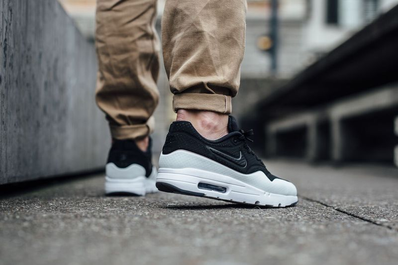 nike-air-max-1-black-white_02