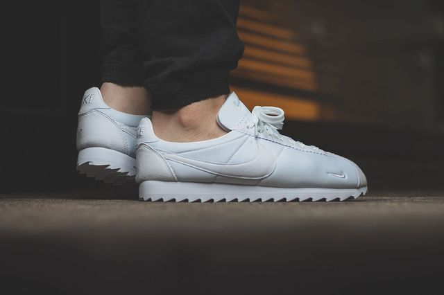 nike-classic cortez shark-all white