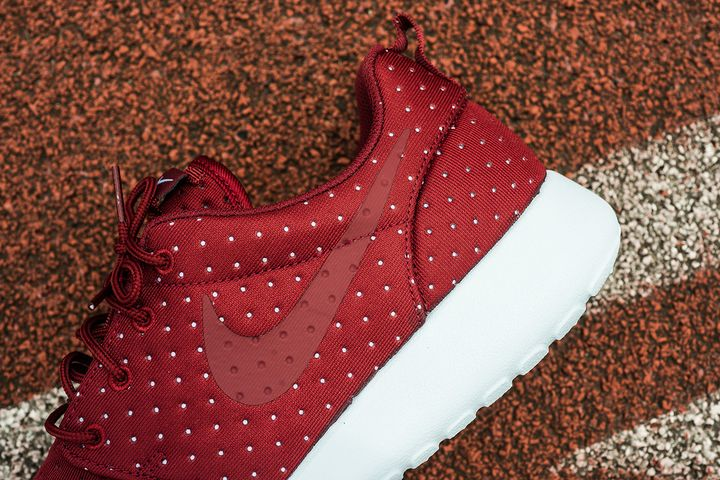 Nike-Roshe-One-SE-Pin-Dot-3