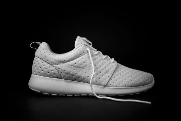 Nike-Roshe-One-SE-Pin-Dot-White-1024x683