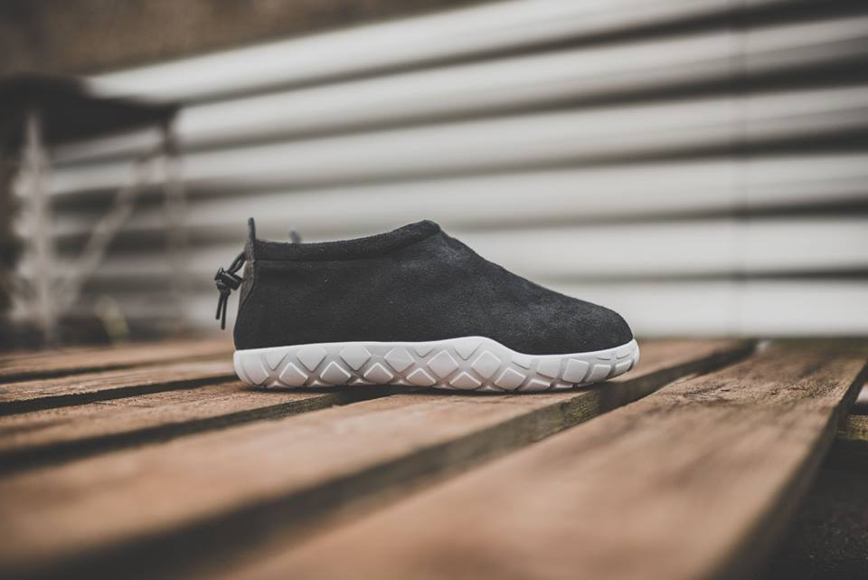 nike-air-moc-ultra-black-1