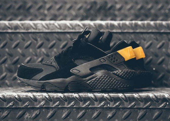 nike-air-huarache-black-metallic-gold-1