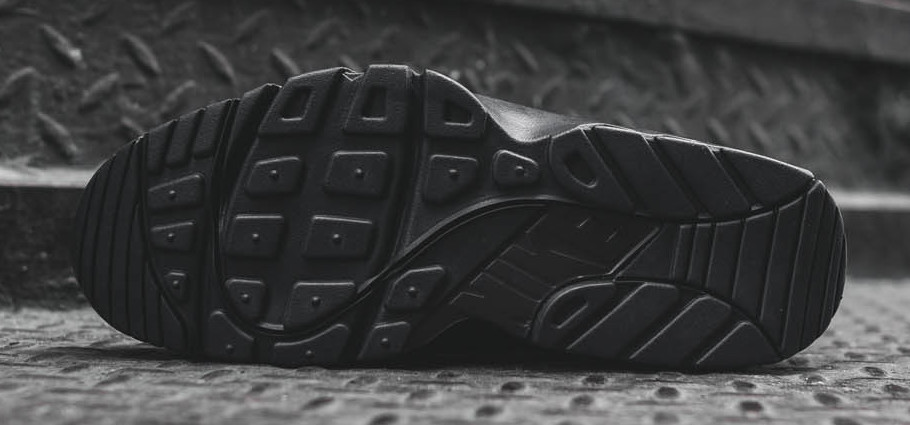 nike-air-trainer-huarache-low-triple-black-5